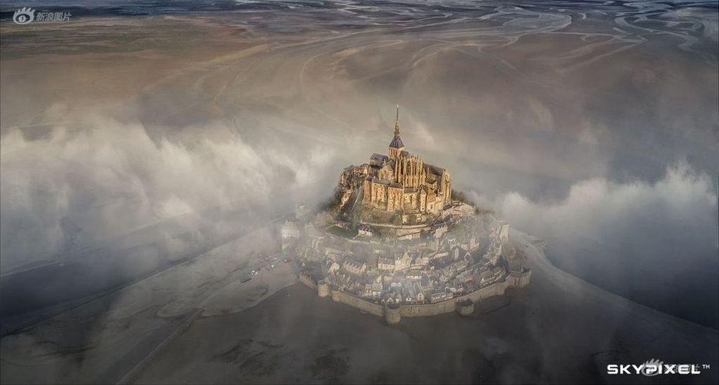 Grand Prize diraihDeryk Baumgärtner dari Jerman. Dia memotret gunung Saint Micherl menggunakan Mavic Pro. Foto:SkyPixel