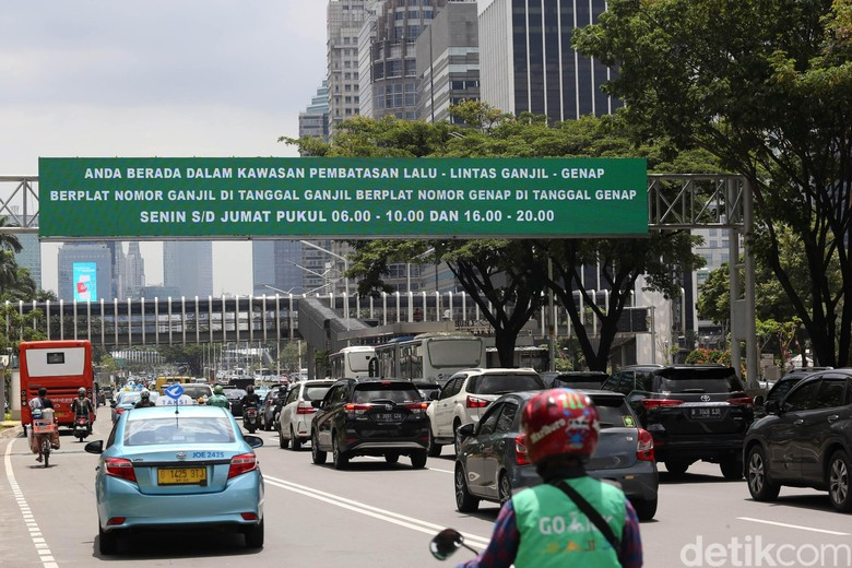 Ruas jalan dengan kebijakan ganjil genap. Foto: Agung Pambudhy
