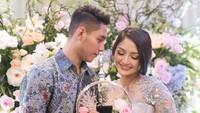 Di acara lamaran tersebut, Siti Badriah dan Krisjiana tampil dengan nuansa warna biru keabu-abuan. Keduanya terlihat mesra di momen tersebut. (dok. Vamos never ending story)