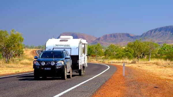 Suasana jalanan di East Kimberley. Yang penting patuhi aturan lalu lintas seperti batas kecepatan 110 km/jam, jangan mabuk, jangan bermain ponsel saat menyetir (Tourism Western Australia)