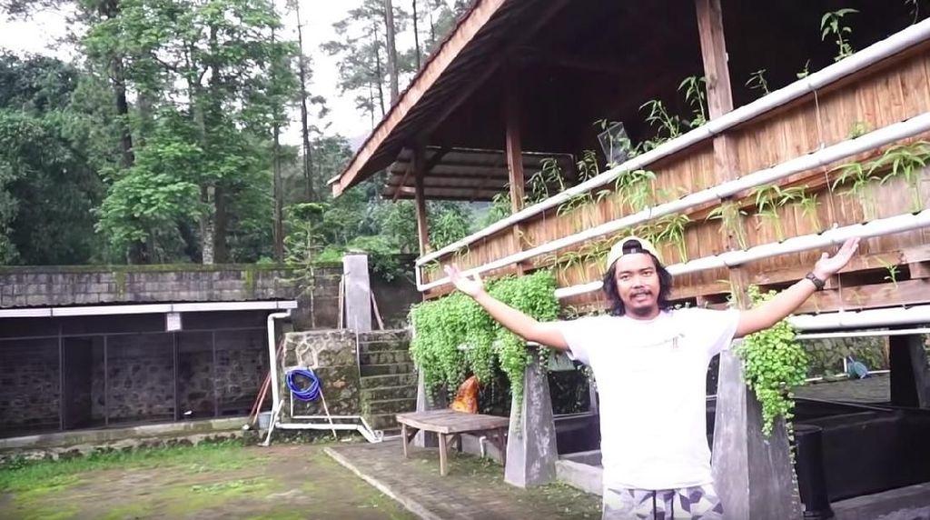 Rumah Hutan Dodit Mulyanto Ada Toilet Alam dan Dijaga Anjing Doberman