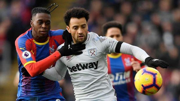 Wan Bissaka (kiri) masuk dalam bidikan Manchester United. (
