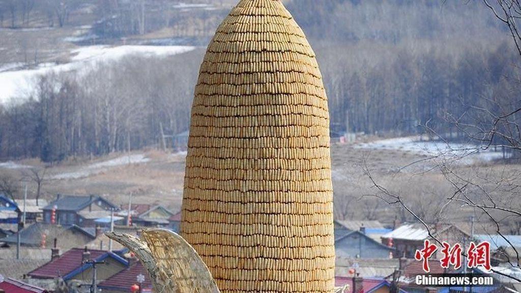Keren! Patung Jagung Raksasa Ini Terbuat dari Ribuan Jagung Asli