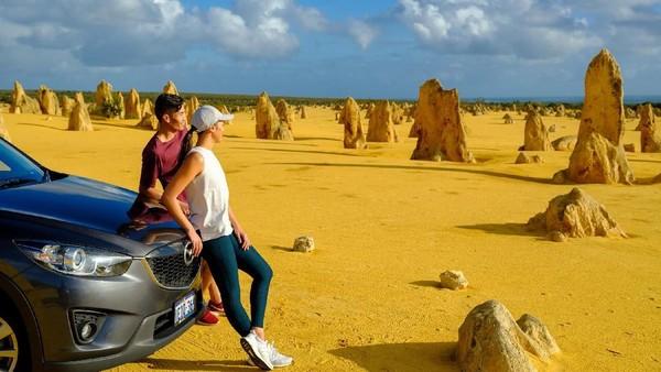 Salah satu gaya traveling di Australia Barat adalah dengan melakukan road trip. Kamu bisa menjelajah sampai ke The Pinnacles dengan batu-batu unik (Tourism Western Australia)
