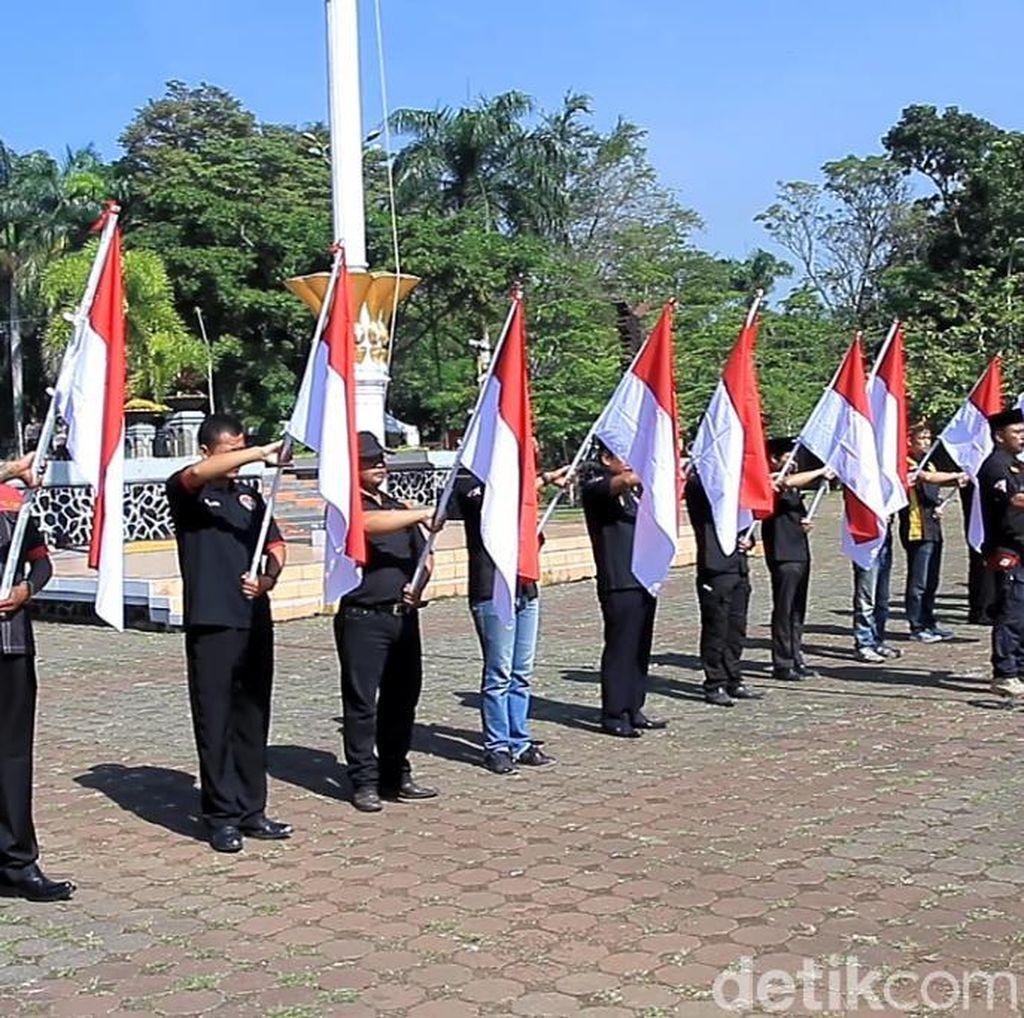 Ormas di Bandung Kibarkan Merah Putih Demi Pemilu Damai