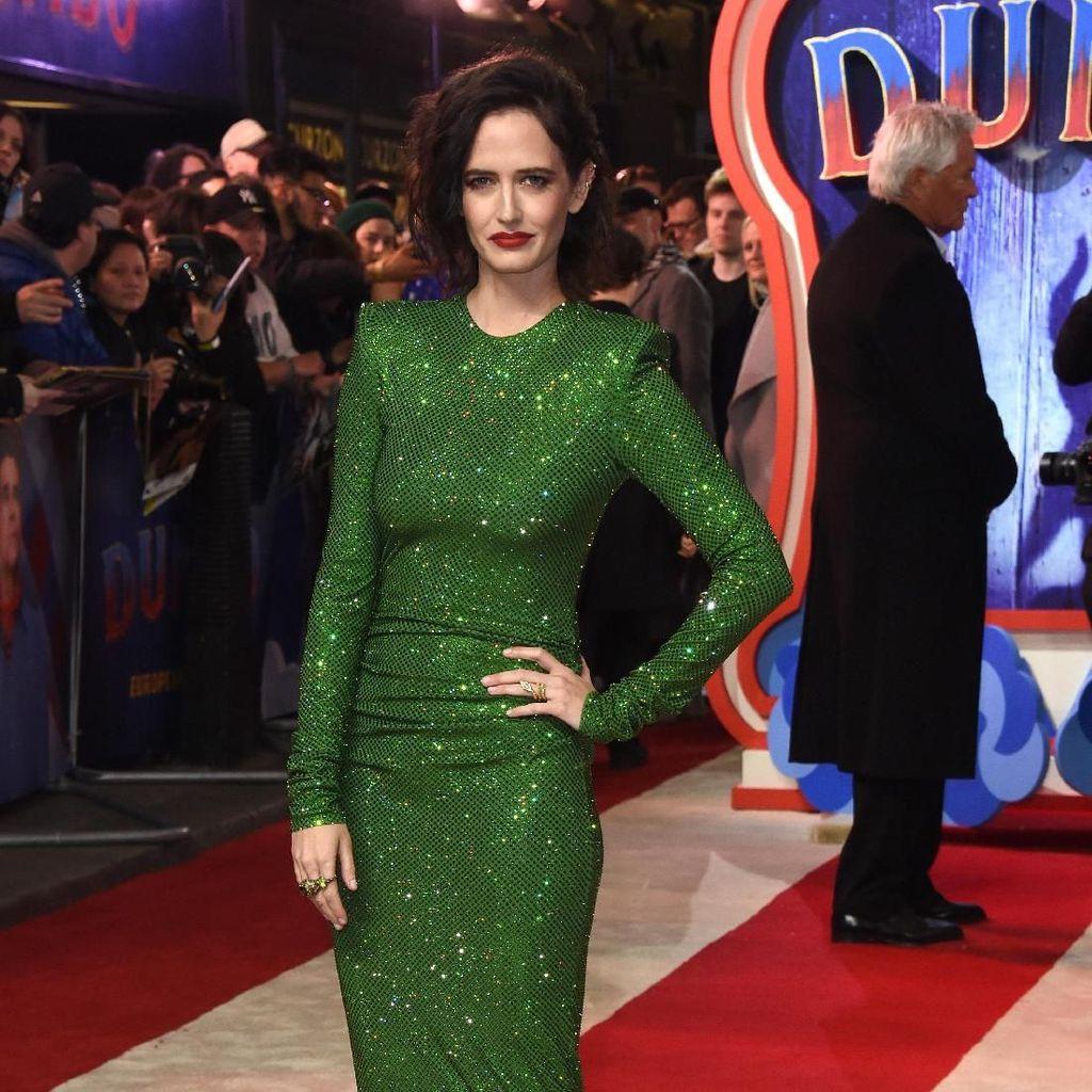 Pesona Eva Green dengan Dress Hijau Ketat