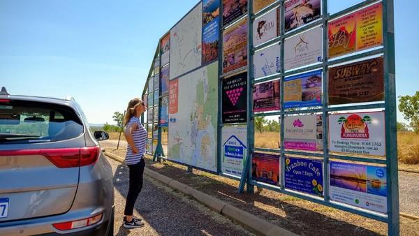 Wisatawan melihat petunjuk jalan di Kununurra yang terpencil. Istirahatlah kalau lelah, hati-hati dengan binatang liar yang menyeberang jalan (Tourism Western Australia)