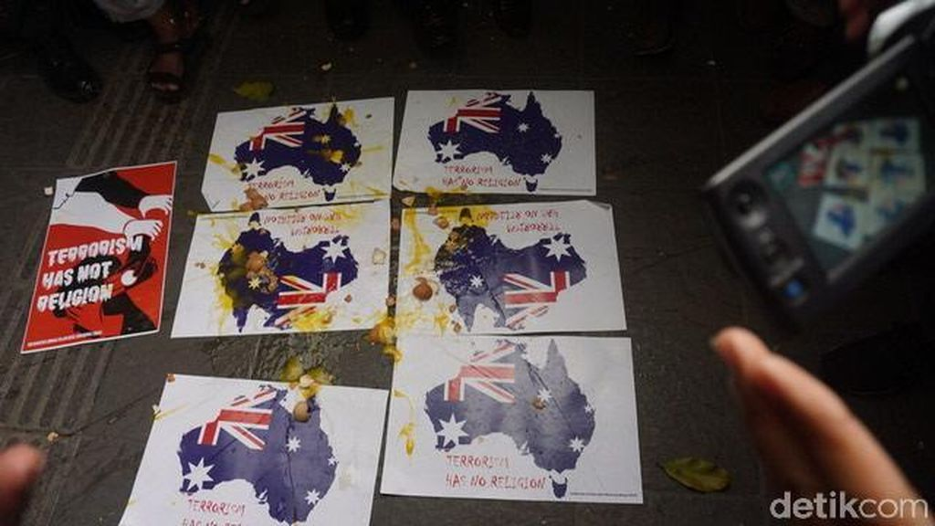 Video Lempar Telur di Konjen Australia