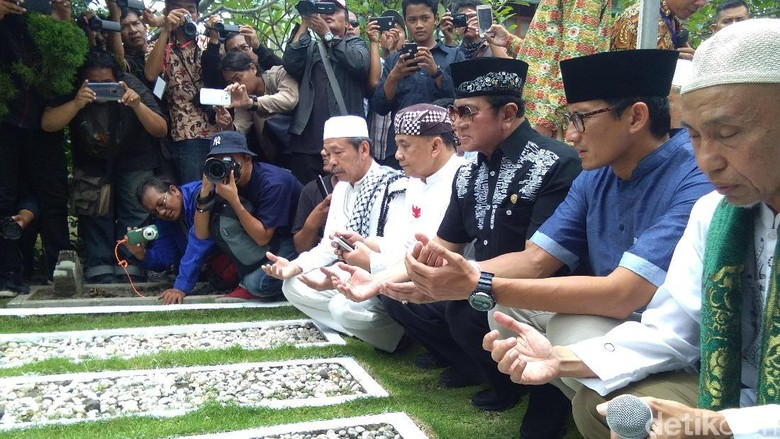 Sandiaga Ziarahi Makam KH Ahmad Dahlan dan Lafran Pane di Yogya