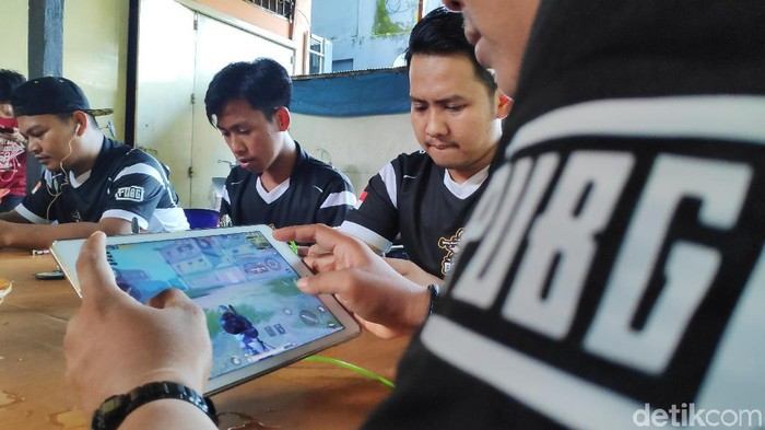 PUBG Mobile dikabarkan tertangkap mulai batasi waktu penggunaan dan usia pemainnya. Foto: Komunitas e-Sport Maros bermain PUBG (Bakrie-detik)