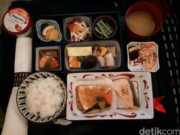 Saat sarapan tiba, para penumpang akan dibangunkan. Ada dua jenis menu yang bisa dijadikan pilihan, Barat dan Asia. Cobalah untuk memilih menu Asia yang menjadi rekomendasi dalam penerbangan ini. (Bonauli/detikcom)