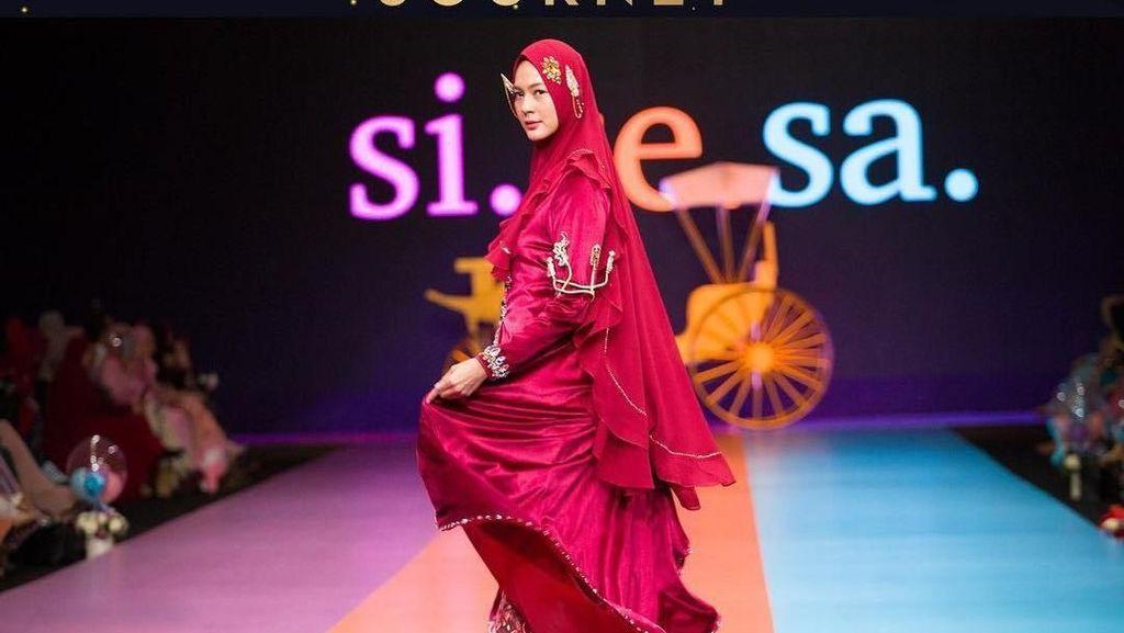 Foto: Saat Paula Verhoeven Turun dari Kereta Kencana Pakai Hijab Syari
