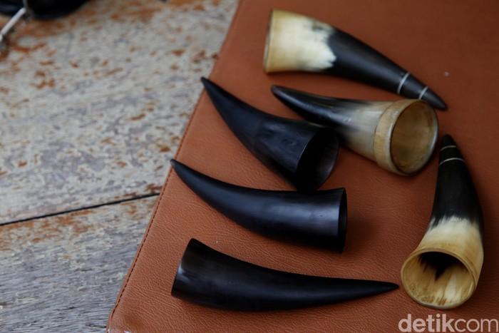 Bekam tanduk merupakan salah satu bentuk terapi alternatif yang lebih tradisional. Biasanya terapis menggunakan tanduk sapi yang sudah dihaluskan. (Foto: Muhammad Ridho)