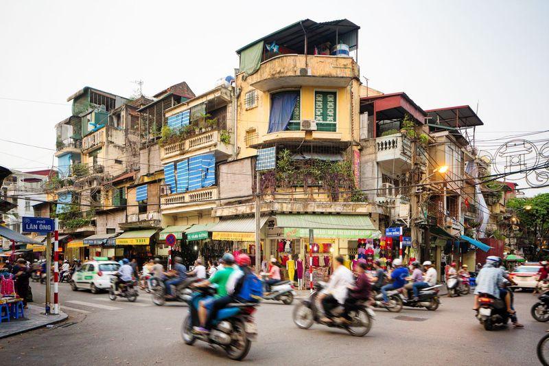 Di Hanoi Old Quarter traveler bisa jalan-jalan santai melihat bangunan kuno dan keseharian warga lokal. Kalau mau belanja suvenir serta icip-icip jajanan lokal pun bisa lho (iStock)