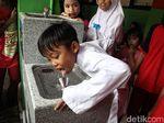Antusias Anak-anak SD Jajal Air Kran Siap Minum di Sekolah
