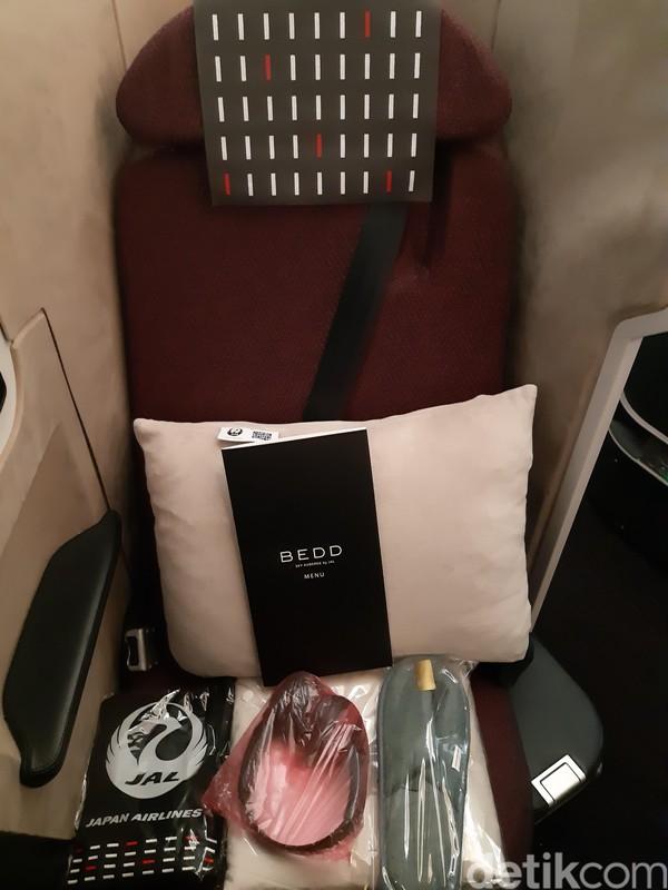 Fasilitas berupa bantal, sendal, selimut dan headphone juga disediakan langsung di atas kursi penumpang. (Bonauli/detikcom)