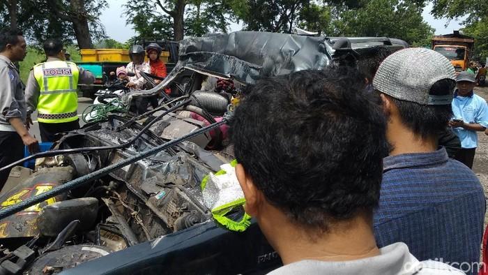 Bagian depan Panther yang ringsek parah setelah menabrak truk (Foto: M Rofiq)