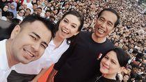 Yuki Kato Foto Bareng Jokowi, Netizen Salfok Ada Pose Dua Jari