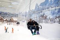 Founder & Chairman of CT Corp Chairul Tanjung (CT) dan istrinya Anita Tanjung naik kereta gantung di Trans Snow World Juanda. Ini adalah destinasi terbaru di Bekasi dari grup CT Corps (Rachman/detikcom)
