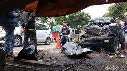 Detik-detik MPV Tabrak Truk yang Tewaskan 6 Orang di Probolinggo