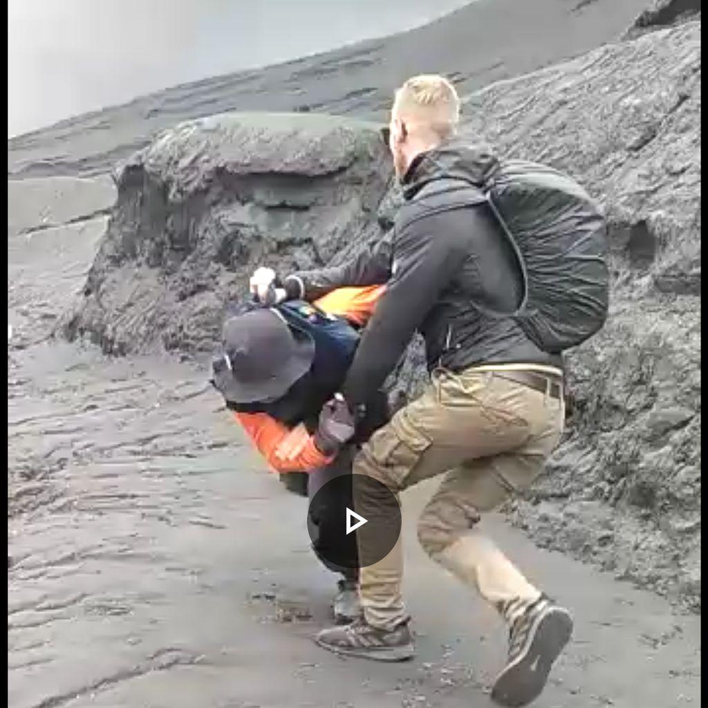 Turis Nekat Naik Kawah Meski Dilarang, Ini yang Dilakukan Petugas Bromo
