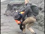 Heboh Turis Bule Banting Petugas di Bromo