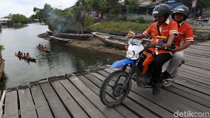 Setiap 4 hari dalam seminggu, para pegawai BRI, dari mantri, CS dan teller mengarungi lautan dan menembus hutan di Kabupaten Halmahera Selatan guna melayani nasabah.