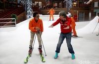 CEO Hospitality and Entertainment Group CT Corps, Dony Oskaria berdiskusi dengan instruktur ski (Rachman/detikcom)