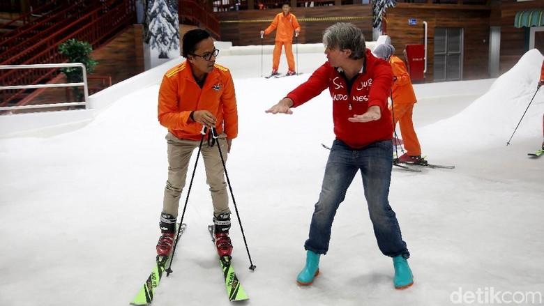 Instruktur Masimiliano yang tengah mengajar main ski (Rachman Haryanto/detikcom)