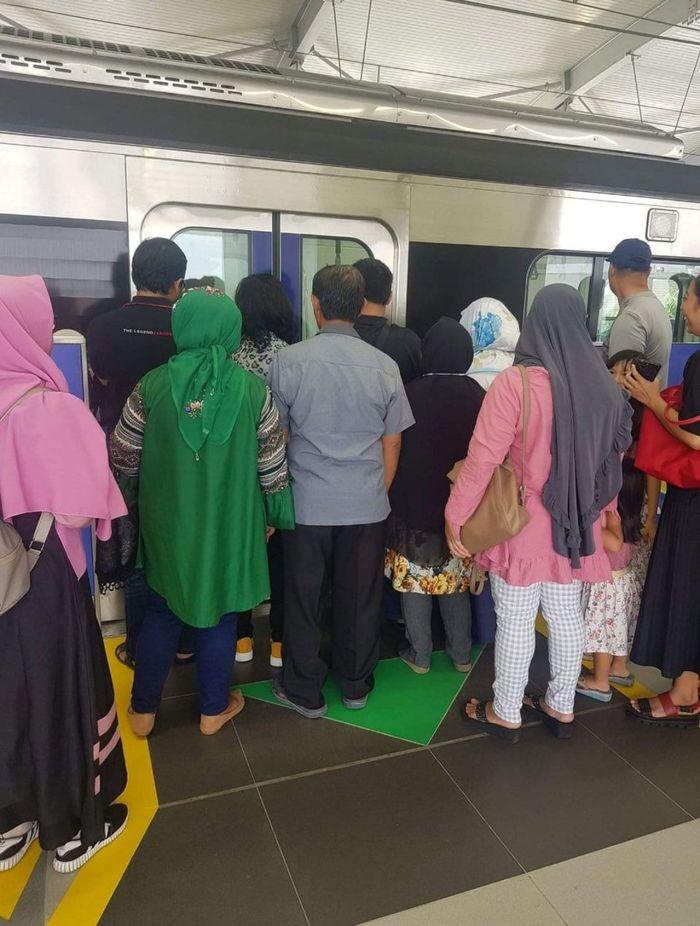 Sejumlah penumpang tampak tak menerapkan etika menggunakan transportasi umum baik di dalam stasiun maupun kereta, misalnya antre menunggu masuk ke dalam kereta. Istimewa/Koalisi Pejalan Kaki.