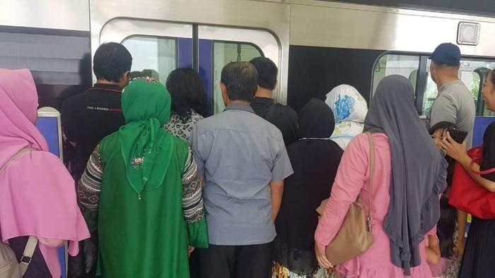 Suasana penumpang MRT yang tidak tertib mengantre. Foto: Istimewa