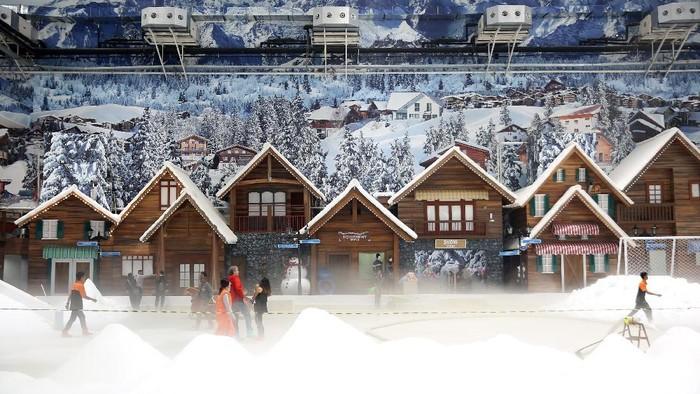 Wahana salju Snow World di Trans Park Juanda Bekasi.
