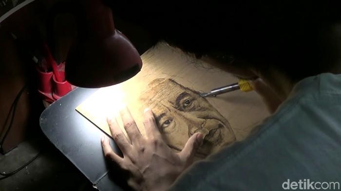 Siswoyo, pelukis patri dari Kota Tegal (Foto: Imam Suripto/detikcom)