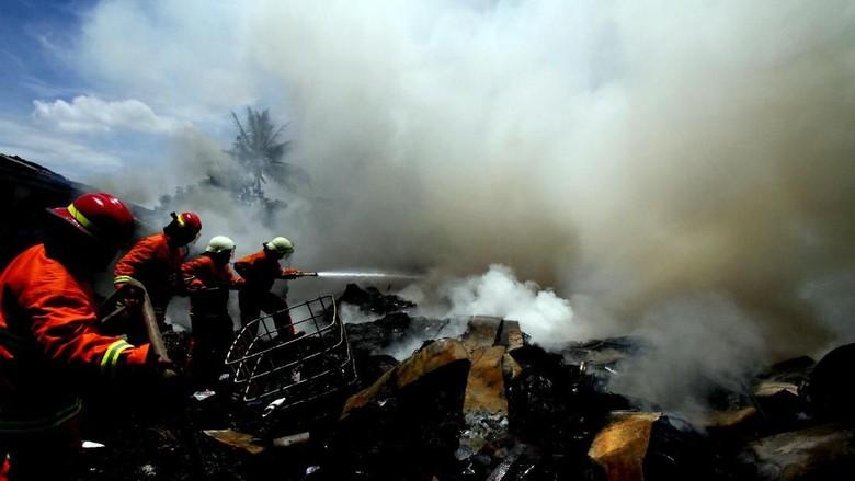 Detik-detik Api Melumat Habis Gudang Plastik Bekas