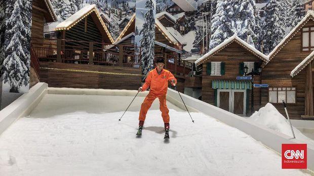 Di Trans Snow World Bekasi bisa bermain ski.