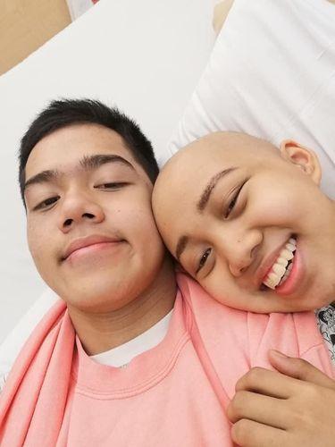 Pacarnya Jadi Botak karena Kanker, Kisah Kesetiaan Mahasiswa Ini Viral