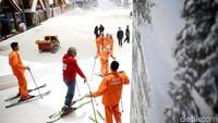 Main ski di Indonesia mungkin terdengar seperti mimpi, tapi bukan tidak mungkin. Dilengkapi dengan area dan peralatan main ski, kamu bisa sekalian belajar olahraga negara 4 musim di Trans Snow World Juanda (Rachman Haryanto/detikcom)
