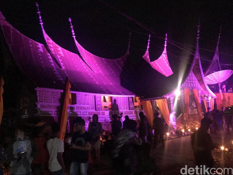 Ingin melihat kehidupan masyarakat Minang tempo dulu? Ini saat yang tepat untuk datang ke Festival Seribu Rumah Gadang (SRG) yang sedang berlangsung di Muaralabuh, Kabupaten Solok Selatan. (Jeka Kampai/detikcom)