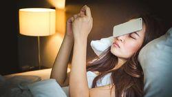 Terlalu Sering Main Ponsel Sebelum Tidur, Wanita Ini Kena Serangan Jantung