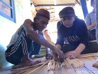 Ketua CT Arsa Foundation, Anita Ratnasari Tanjung belajar membuat nampah