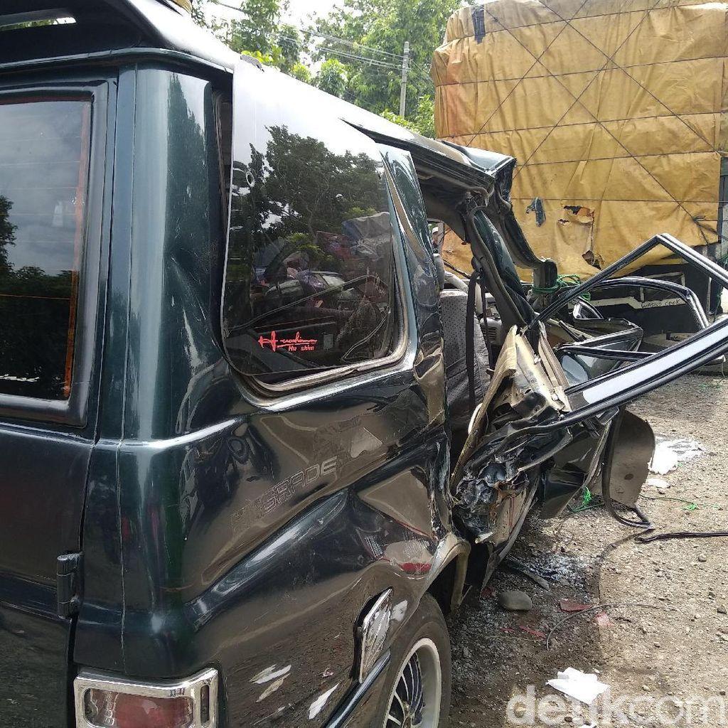 MPV Tabrak Truk Parkir di Probolinggo, 6 Orang Tewas 4 Kritis