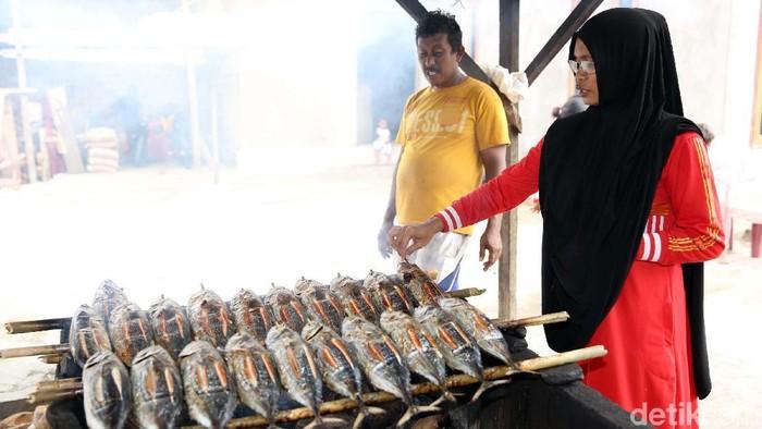 Yuni Nasabah BRI Pembuat Ikan Asap Cakalang  Yuni bersama suami membuat ikan cakalang asap di Desa Tembal, Labuha, Halmahera Selatan. Yuni adalah nasabah BRI yang menggunakan fasilitas Kredit Usaha Rakyat. Jika berkesempatan datang ke Halmahera Selatan, jangan lupa mencicipi kuliner ikannya. Salah satunya kuliner ikan fufu yakni ikan asap cakalang.  Desa Tembal merupakan pusat produksi ikan asap di Halmahera Selatan. Sejumlah rumah produksi ikan fufu bertebaran di sana.  Pengolahan ikan fufu relatif sederhana. Ikan hanya diasapi di bawah tungku persegi empat yang besar. Asapnya yang akan mematangkan daging ikannya.  Jika ingin dibawa pulang sebagai oleh-oleh, waktu pengasapan ikan fufu lebih lama lagi. Ikan diasapi maksimal 10 jam agar lebih kering sehingga bisa awet selama 3-4 hari.  Satu ekor ikan fufu dijual Rp 20 ribu untuk ukuran kecil. Sedangkan, ikan fufu ukuran besar dijual dengan harga Rp 25 ribu per ekor.  Ikan Fufu Favorit Pejabat Bacan yang Datangkan Untung Jutaan  Ikan Fufu jadi salah satu oleh-oleh yang paling dicari wisatawan saat berkunjung ke Labuha, Pulau Bacan. Ikan fufu memang layak di cari selain namanya unik, ikan fufu juga mempunyai rasa yang nikmat. Sebagai informasi, ikan fufu adalah ikan cakalang/ikan tuna/ikan tongkol berukuran besar yang diolah dengan diasapi.  Asapnya berasal dari pembakaran batok kelapa sehingga menghasilkan tekstur daging yang tidak terbakar sempurna namun matang dan dagingnya padat dan tebal serta tidak hancur.  Soal rasa, biasanya ikan Fufu ini disajikan dengan sambal dabu matah yaitu sambal yang terdiri dari bawang, tomat, dan cabai dan perasan jeruk nipis.   Yani (30) adalah salah satu penjual ikan fufu yang tersohor seantreo Bacan. Betapa tidak, dalam sehari dia mampu menjual 30 sampai 100 ekor dengan harga bervariasi mulai dari Rp 30 sampai Rp 35 ribu.
