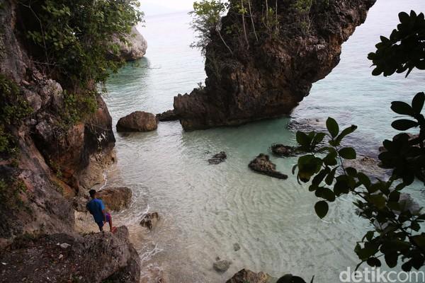 Suara ombak menabrak relung karang, menciptakan suara gemuruh yang menggoda. Hati-hati saat naik ke karang ini ya! (Danu Damarjati/detikcom)