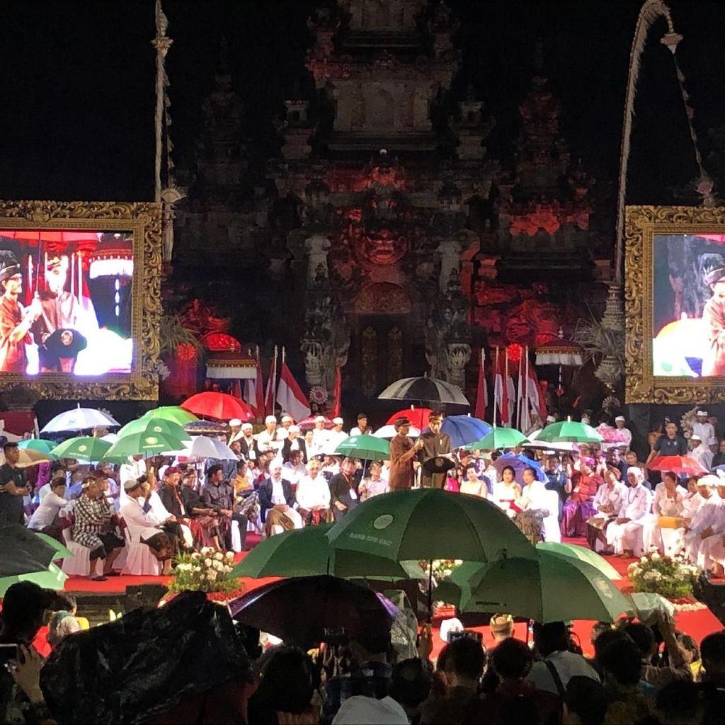 Sapa Pemuka Adat Bali Saat Hujan, Jokowi dan Bendesa Bergantian Memayungi