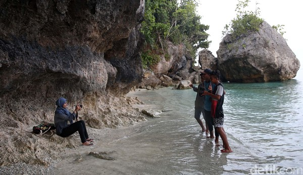 Pantai ini tidak berpasir tapi penuh karang. Namun keindahannya patut diacungi jempol. (Danu Damarjati/detikcom)