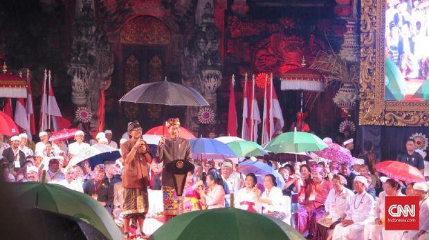 Presiden Joko Widodo saat menghadiri simakrama (silaturahmi) dengan tokoh dan masyarakat Bali, di Ardha Chandra, Denpasar Selatan, Denpasar, Bali, Jumat (22/3).