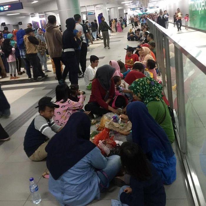 Bahkan para penumpang tampak melantai di dalam stasiun sambil makan seperti piknik. Istimewa/IG Jktinfo.