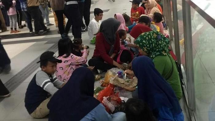 Foto viral acara piknik MRT Jakata. (Foto: Istimewa/IG Jktinfo)