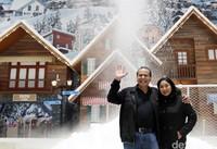 Chairul Tanjung dan Anita Tanjung menikmati suasana di Trans Snow World Juanda (Rachman/detikcom)