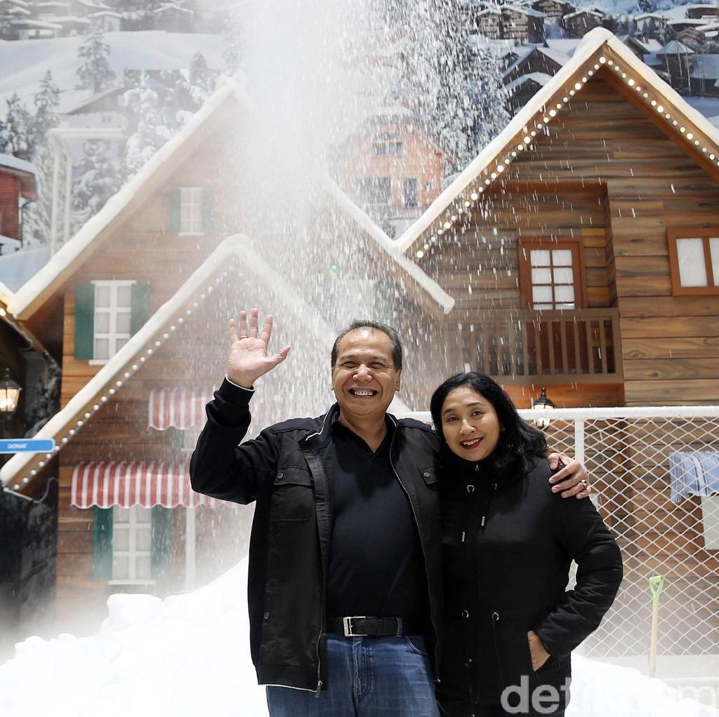 Foto: Chairul Tanjung Menikmati Salju di Bekasi